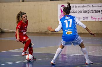 Mariajo pisa el balón en un partido de la Copa de la Reina.