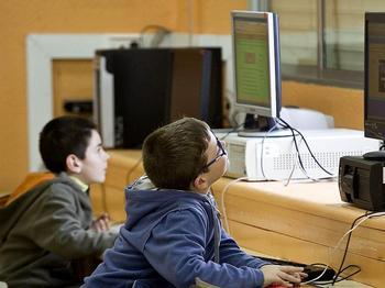 Imagen de archivo de dos alumnos con ordenadores en un centro educativo de Burgos.