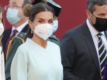 La Reina Letizia enamora con un elegante vestido celeste