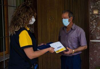Salvador Expósito, vecino de El Higueral, recibe a través de Correos su dinero en efectivo.