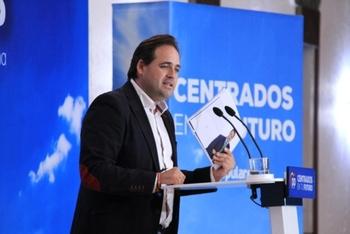 Núñez pone a Vox en el «centro derecha» y les llama al pacto