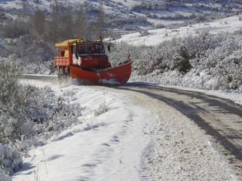 Un quitanieves trabaja en una carretera riojana en una imagen de archivo.