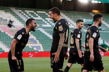 El delantero del Alavés Joselu Sanmartín (2-i) celebra con Luis Rioja (i) tras marcar ante el Elche.