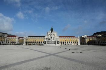 Imagen de la Plaça do Comercio, en Lisboa, vacía por el confinamiento impuesto por el Gobierno