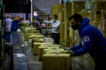 Imagen de trabajadores de una empresa de paquetería.