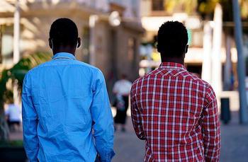 Cheikh y Modou, cuyos nombres son ficticios, apenas salen a la calle por miedo a ser identificados y detenidos.