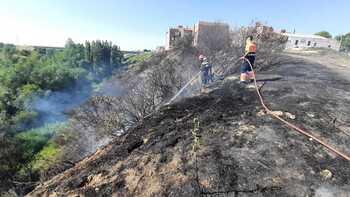 Incendio urbano en Arévalo, junto a las piscinas municipales