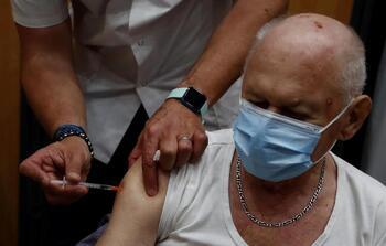 Francia recomienda una tercera dosis para los ancianos