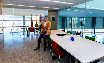 El vicealcalde enseña su nuevo lugar de trabajo en la cuarta planta del Fórum Evolución.