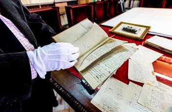 La Fernán González conserva manuscritos, cartas, fotos y otros documentos donados por la viuda de Manuel Machado.