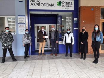 Momento de la entrega del donativo a Asprodema.