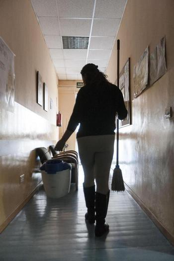 Caen un 20% los contratos de empleo en el hogar por miedo