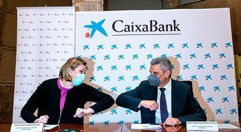 Isabel Blanco y Marc Benhamou se saludaban ayer en la firma del convenio.