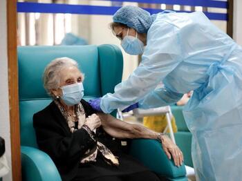 Los mayores comienzan a recibir la tercera dosis