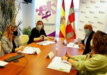 Los titulares de Familia, Isabel Blanco (2i), y de Agricultura, Jesús Julio Carnero (2d), durante la reunión celebrada ayer.