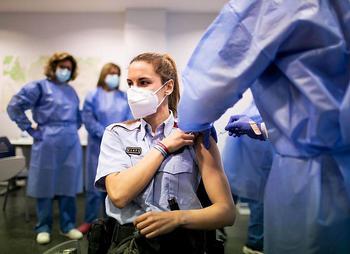 Una agente del cuerpo autonómico recibe la primera dosis de la vacuna de AstraZeneca.