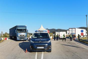 Un coche de policía trabaja en un punto fronterizo entre Portugal y España donde están realizando controles de movilidad en Zarza la Mayor, Cáceres.