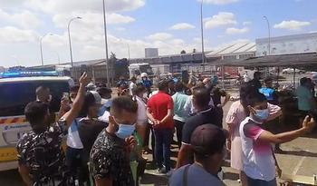 Bronca entre los vendedores y la Policía en el mercadillo