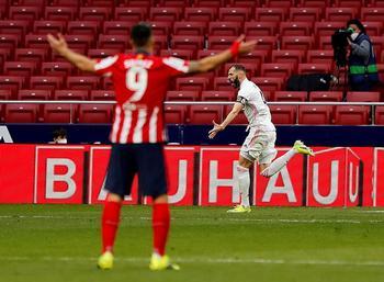 Benzema celebra el empate ante un sorprendido Luis Suárez.