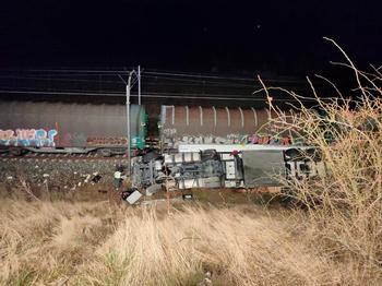 Herido un camionero tras volcar en la AP-1 y caer a las vías