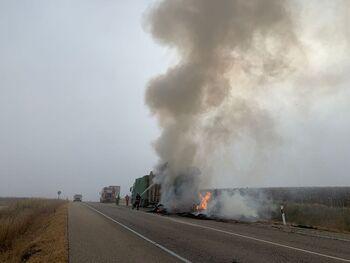 Arde un camión de pacas de paja en Borjabad