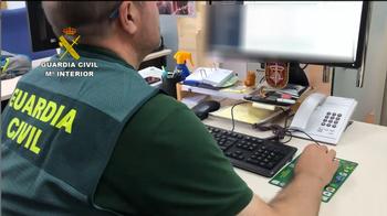 Imagen de una agente de la Guardia Civil en las investigaciones de la operación Hamo.