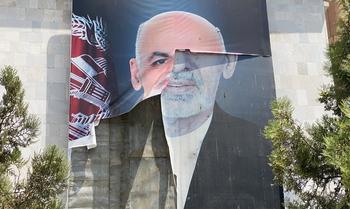 El expresidente Ghani se disculpa por huir de Afganistán