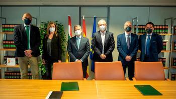 El consejero de Hacienda (tercero por la izquierda), con representantes de las entidades financieras.