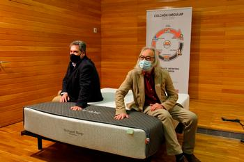 José Carlos Quiroga, de Spaldin (izquierda), y el concejal de Medio Ambiente de Logroño, José Manuel Zúñiga, en la presentación del colchón.