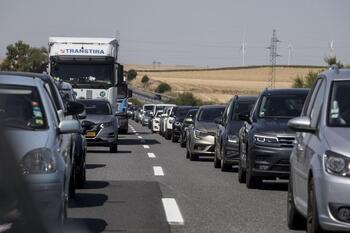 Un puente con tráfico muy intenso en las carreteras