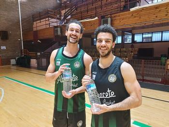 Los jugadores Víctor Ruiz (izda.) y Antón Bouzán posan con semdas botellas de agua.