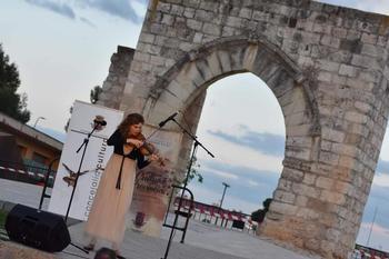 Un momento del concierto de la violinista Heidi Hatch en el entorno del Arco del Torreón.