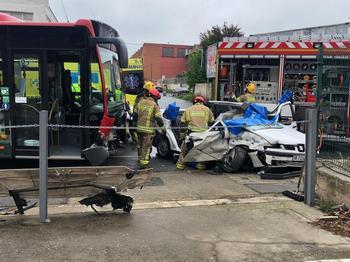 Imagen del accidente al chocar un coche con un autobús urbano en Logroño.