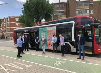 Responsables municipales junto a trabajadores de la empresa que gestiona el servicio de autobús urbano.