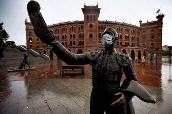La explanada del coso de la calle de Alcalá se llena de vida horas antes y después de cada festejo taurino, sobre todo durante la Feria de San Isidro.