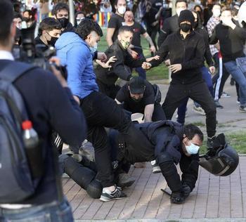 Detenido el joven que pateó a un policía en Vallecas