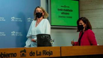 Eva Hita (izquierda) y Beatriz Arraiz, se disponen a facilitar datos en rueda de prensa.