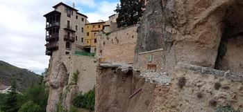 Se derrumba parte del muro de la calle Canónigos en Cuenca
