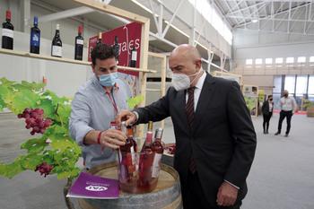 Carnero llama a progresar en la producción con uva ecológica