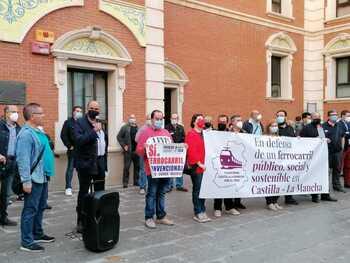 Concentración en Alcázar por un tren público y sostenible