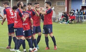 Los locales celebran uno de los goles ante el Torde.