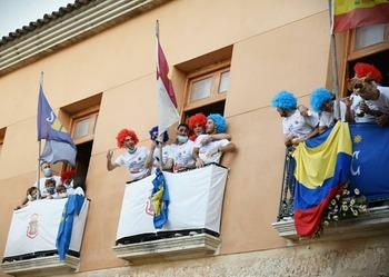 Los jugadores de la AD San Clemente celebran el ascenso en los balcones del Ayuntamiento.