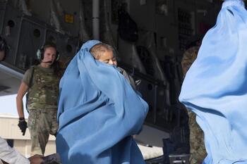 Los talibanes prometen seguir con las salidas de afganos