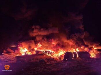 Los bomberos apagan un incendio industrial en La Pueblanueva
