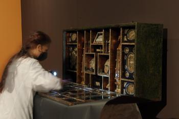 Montaje de la muestra 'Una extraña devoción' en el Museo de Escultura