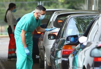 Un enfermero gestiona la vacunación masiva en la comarca de El Bierzo.