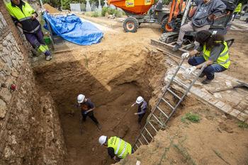 Aike organiza una visita a las exhumaciones del cementerio