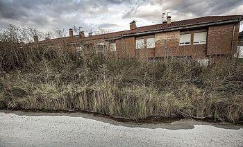Los vecinos de la Rumba denuncian la inundación de jardines