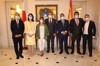 Sandra Sánchez y Alberto Fernández en la Embajada de Japón