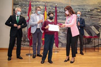 La consejera de Empleo e Industria, Ana Carlota Amigo, entrega el Premio Consumópolis, Nivel 1, a los alumnos del Colegio La Anunciata de San Andrés del Rabanedo